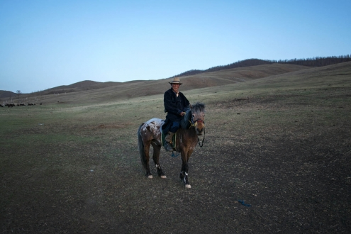 A man shows himself proudly in the saddle his horse.